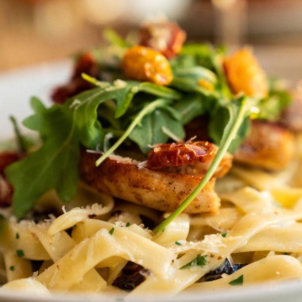 Kremet pasta med kylling og bacon